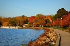 Lake Geneva湖岸道路,秋天颜色 免版税库存图片