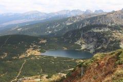 Lake i det Rila berg Royaltyfri Bild