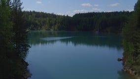 Lake i skogen arkivfilmer