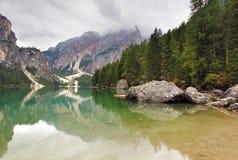 Lake Lago di Braies in montagne di Dolomiti - Italia Europa Immagini Stock