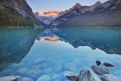 Lake Louise, εθνικό πάρκο Banff, Καναδάς στην ανατολή Στοκ Φωτογραφία