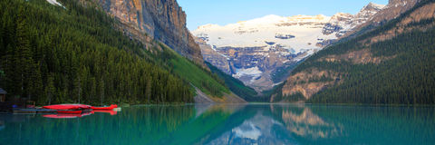 Lake Louise, κόκκινο κανό, εθνικό πάρκο Banff Στοκ φωτογραφία με δικαίωμα ελεύθερης χρήσης