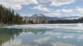 Lake Louise показывая впечатляющую гостиницу Fairmont стоковое фото