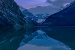 Lake Louise с отражением воды во время времени сумрака , Канада стоковое фото