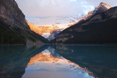 Lake Louise ad alba Immagine Stock Libera da Diritti
