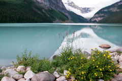 LAKE LOUISE ALBERTA/CANADA - AUGUSTI 9: Sikt av Lake Louise på Royaltyfri Bild