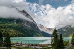 LAKE LOUISE ALBERTA/CANADA - AUGUSTI 9: Sikt av Lake Louise på Arkivfoto