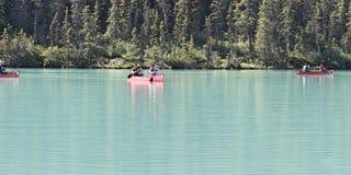 Lake Louise alberta Kanada med kanoter arkivbilder