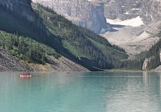 Lake Louise Alberta Kanada mit Kanus Lizenzfreie Stockbilder