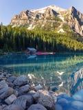 Lake Louise calme pendant le matin Photos stock