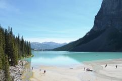 Lake Louise - Chateau Lake Louise från slut av sjön Arkivbilder