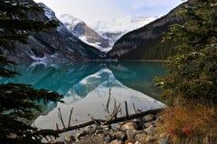Lake Louise an der Dämmerung Stockfoto