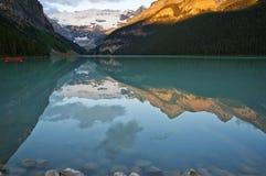 Lake Louise an der Dämmerung Stockbild