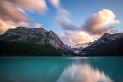 Lake Louise en la puesta del sol en el parque nacional de Banff, Canadá foto de archivo libre de regalías