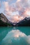 Lake Louise en la puesta del sol en el parque nacional de Banff, Canadá fotografía de archivo libre de regalías