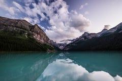 Lake Louise en la puesta del sol en el parque nacional de Banff, Canadá imagen de archivo libre de regalías