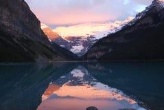 Lake Louise en la salida del sol Fotos de archivo libres de regalías
