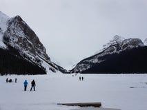 Lake Louise entre las montañas Imágenes de archivo libres de regalías