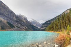 Lake Louise i den Banff nationalparken, Alberta Royaltyfri Fotografi