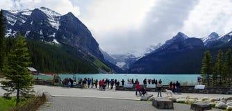 LAKE LOUISE KANADA - MAJ 28, 2016: Sikt av det berömda Laket Louise Lake Louise är den andra - mest - besökte destinationen i Ban Arkivbild
