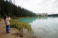 LAKE LOUISE KANADA - SEPTEMBER 6, 2016: Chateau Lake Louise på Royaltyfri Bild
