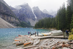 LAKE LOUISE KANADA - SEPTEMBER 4, 2016: Morän sjön lokaliseras Royaltyfria Bilder