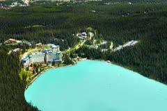 Lake Louise, Kanadier Rocky Mountains, szenische Vogelperspektive lizenzfreies stockfoto