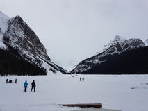 Lake Louise mellan berg Royaltyfria Bilder