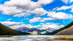 Lake Louise nel parco nazionale di Banff nel canadese roccioso sotto un bello cielo Immagini Stock Libere da Diritti