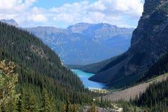 Lake Louise och chateauen Lake Louise som ses från slätten av de sex glaciärerna som fotvandrar slingan Arkivbild