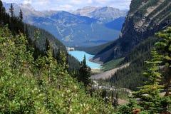 Lake Louise och chateauen Lake Louise som ses från slätten av de sex glaciärerna som fotvandrar slingan Royaltyfria Foton
