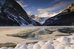 Lake Louise på gryningen Arkivfoton