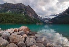 Lake Louise ruhiger grüner See Stockbilder