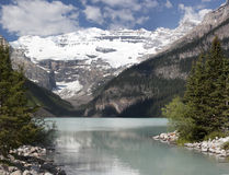 Lake Louise shoreline Royaltyfri Bild