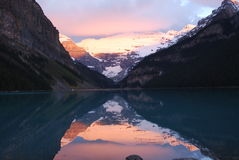 Lake Louise am Sonnenaufgang Lizenzfreie Stockfotos