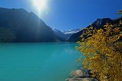 Lake Louise un giorno soleggiato Immagini Stock Libere da Diritti