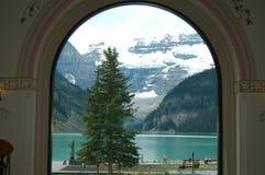Lake Louise utsiktfönster royaltyfri foto