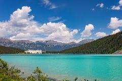 Lake Louise verde sob o céu azul com nuvens Fotos de Stock