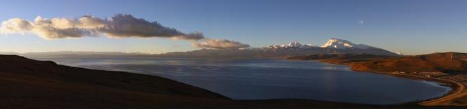 Lake mapam yumco at sunrise Stock Photo