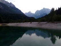 Lake med berg Arkivbilder
