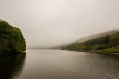 Lake med mist Arkivfoto