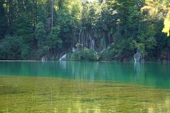 Lake med vattenfall arkivfoto