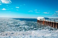 Lake Michigan, который замерли сверх во время зимы, ждать для того чтобы растаять вне стоковое изображение