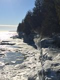 Lake Michigan klippor i vinter Arkivfoton