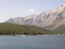 Lake Minnewanka i de steniga bergen i Kanada Royaltyfri Bild