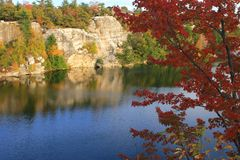Lake Minnewaska Autumn. A tree with red leaves looms over Lake Minnewaska in Minnewaska State Park - Shawangunk Mountains - New York Stock Photos