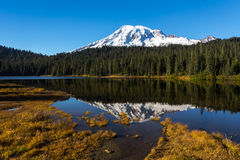 Lake and mountain at autumn Royalty Free Stock Photography