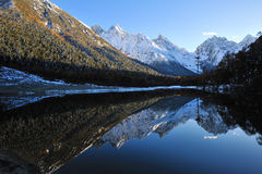 Lake with mountains in autumn Royalty Free Stock Photography