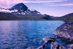 Lake in Norway. With mountains in background Royalty Free Stock Photos