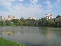 Lake och kyrka Royaltyfri Bild
